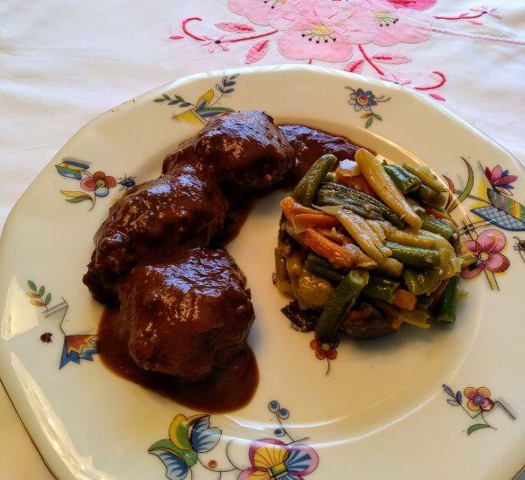 Carrilladas al tomillo con menestra de verduras.