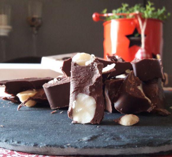 Turrón de chocolate con nueces de macadamia