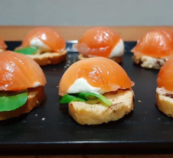 Tostas con bombón de salmón ( aperitivos de Navidad con Thermomix® )