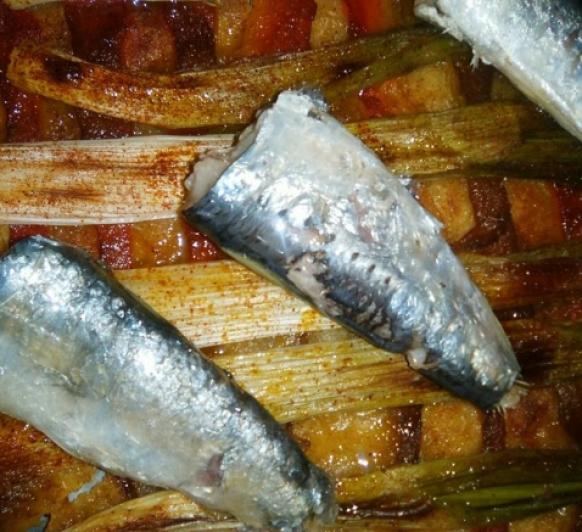 Coca de calçots, escalibada y sardinas